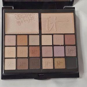 It cosmetics makeup pallet